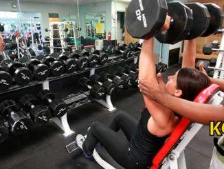 Entrenando los músculos del hombro deltoides