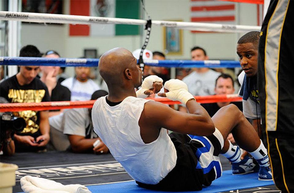Floyd Mayweather entrenando abdominales