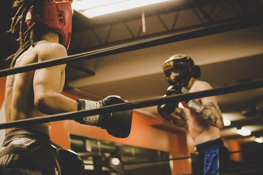 Hoy en día cada vez son más las personas que están entrenando en pareja el boxeo. Aprende por qué y como entrenar en pareja boxeando.